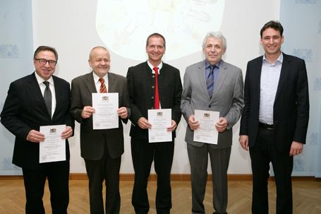 Kultusstaatssekretär Georg Eisenreich (rechts) übergab den Schulleitern von Realschulen und Gymnasien die Urkunden (im Bild Brannenburgs Realschuldirektor Marcus Hochmuth 3. v. l.)