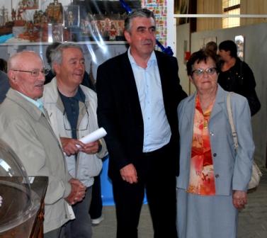 Vincent Descoeur, président du Conseil départemental aux côtés de Lily Bergaud et son épouse et de Jean-Pierre Estabel