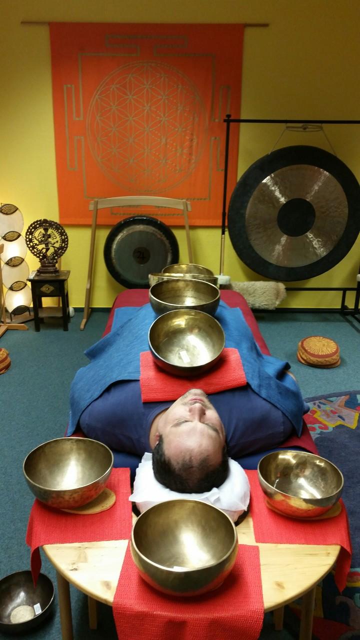 Aufgesetzte Klangschalen auf dem vorderen Körper