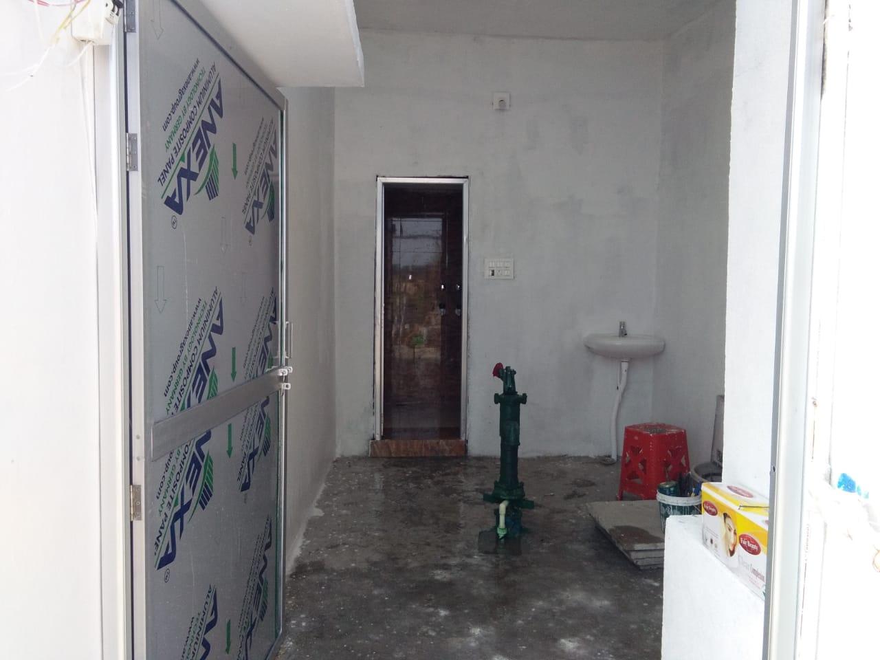 La luxueuse entrée des toilettes.