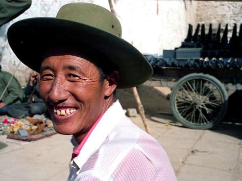 bei ihm kaufte ich einen original tibetischen Filzhut, den mich noch heute auf meinen Reisen begleitet