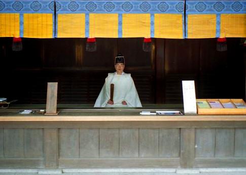 der Shnto-Priester wartete in würdevoller Stellung bis er Zeitpunkt der Segnung gekommen war