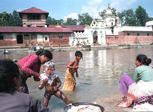 im Rani Pokhari wurden die Kinder noch rechtzeitig vor dem Fest gebadet