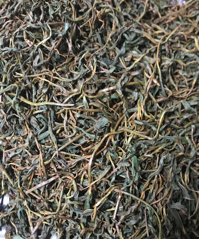 発酵工程です。葉や茎の色が発酵により赤く染まってきます。紅茶らしい香りが出てきます。