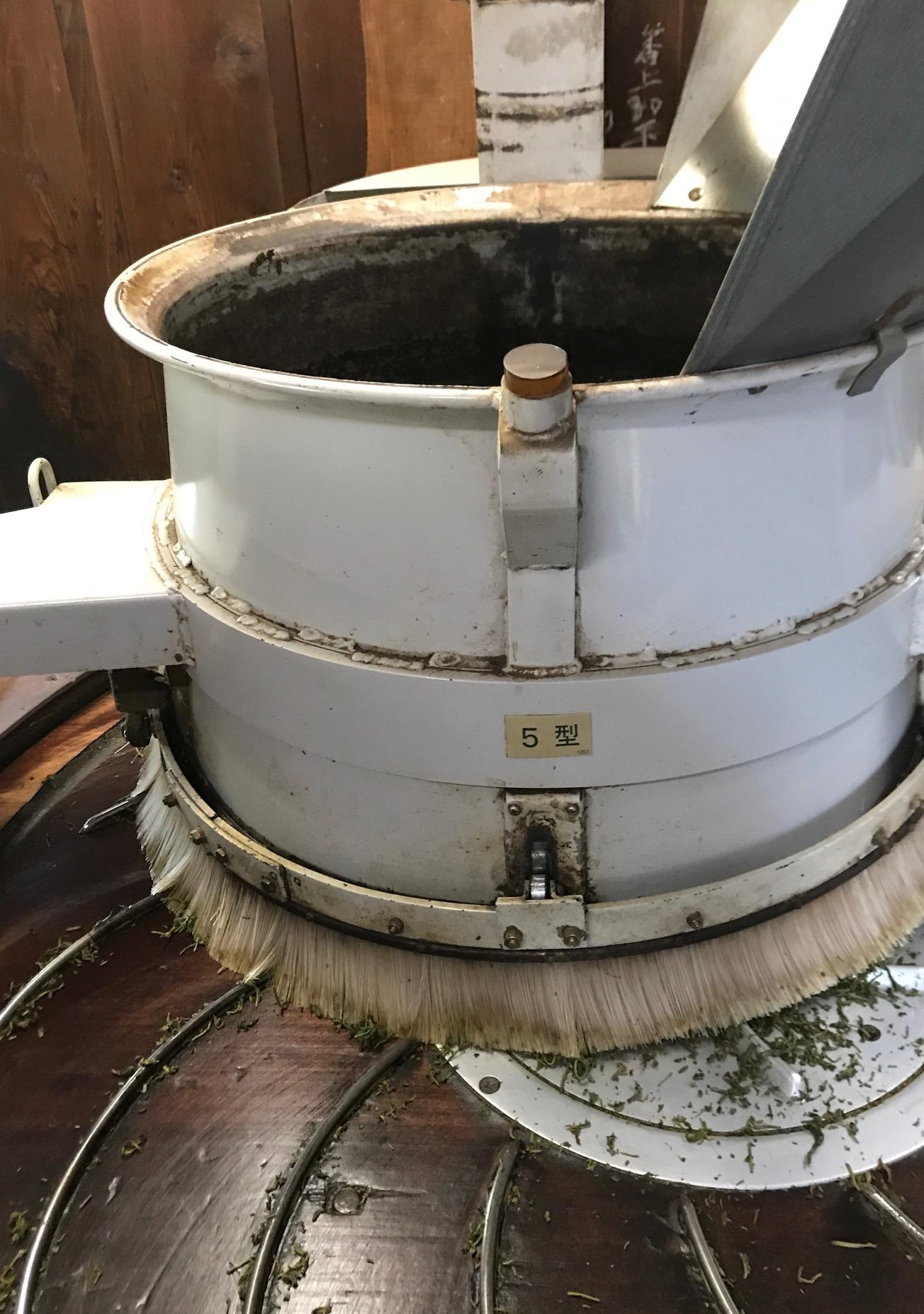 紅茶にする工程で揉むために使う揉捻機(じゅうねんき)です。葉は揉むことで発酵が進むきっかけができます。回転しながら圧をかけて撚ります。