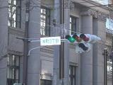 「本町3丁目」交差点を通り過ぎ、細い道へお進み下さい。