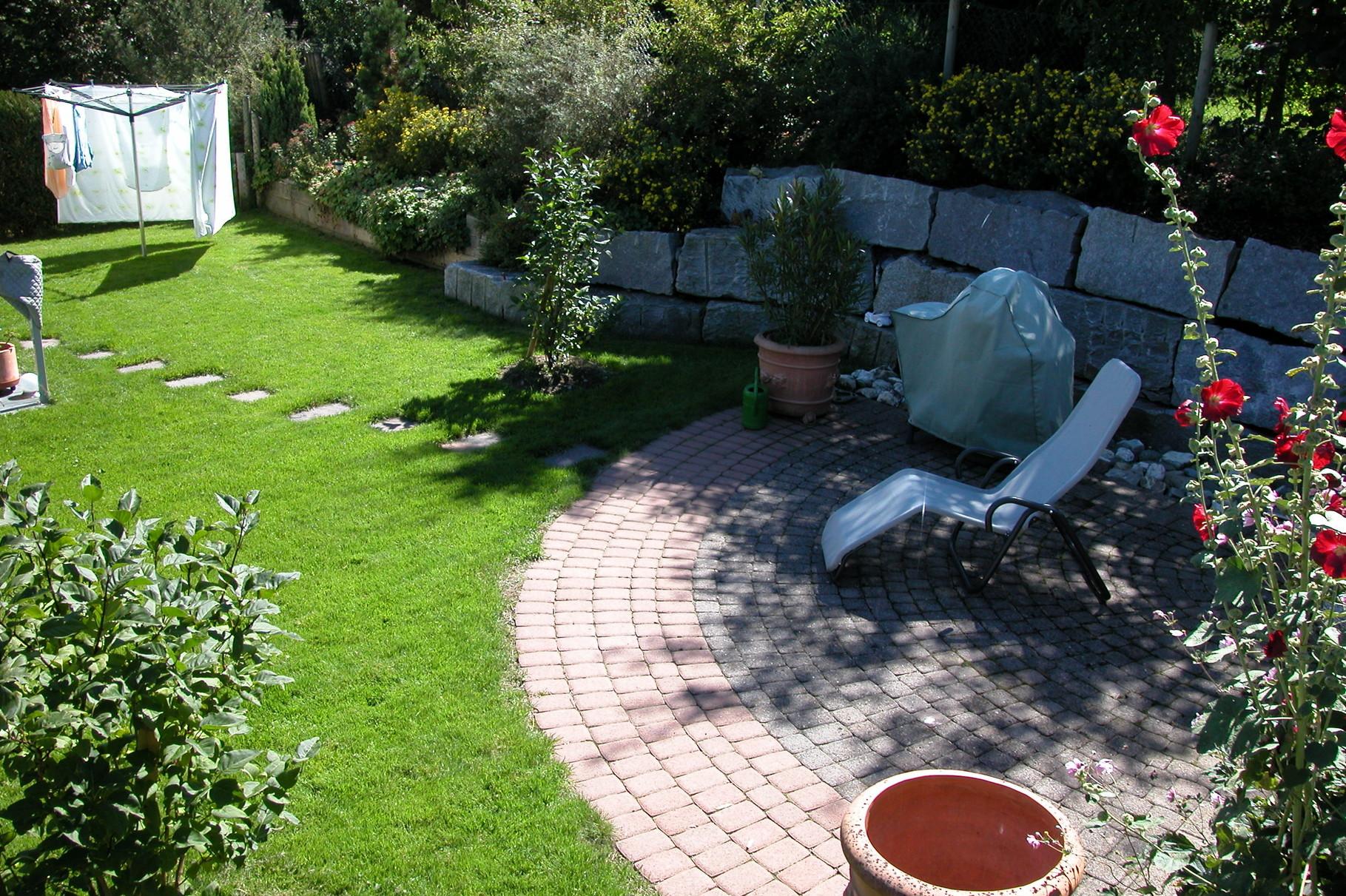 Sitzplatz mit Granitquadermauer
