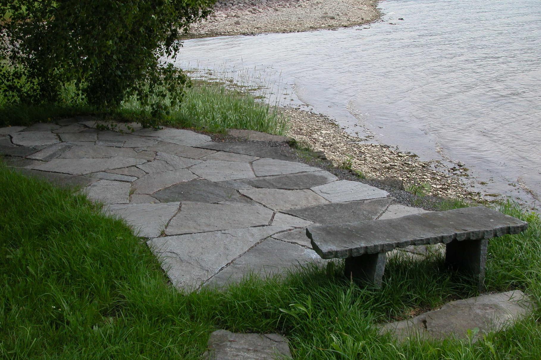 Sitzplatz mit Granit-Mosaikplatten