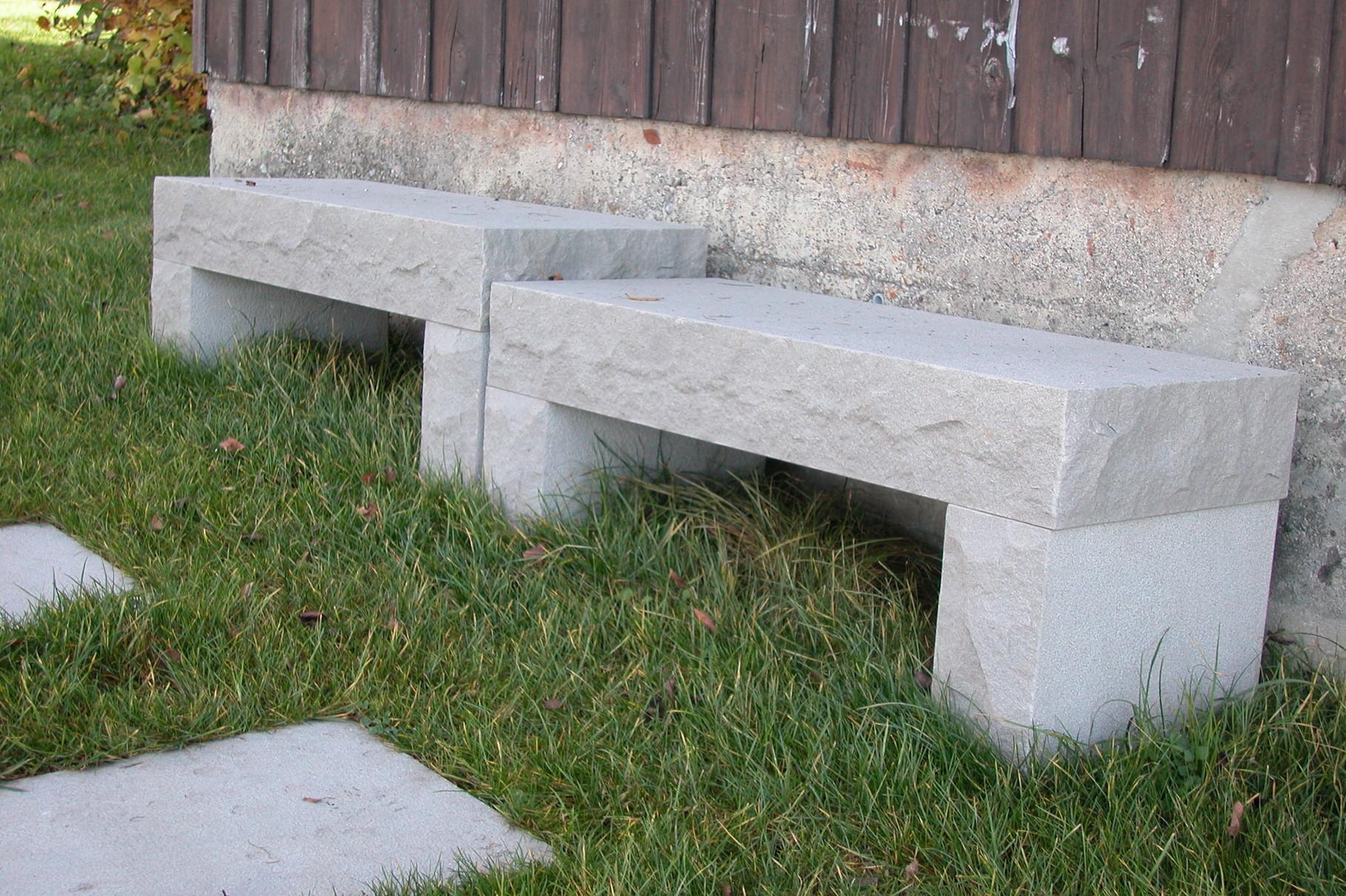 Sitzbänke aus Sandstein
