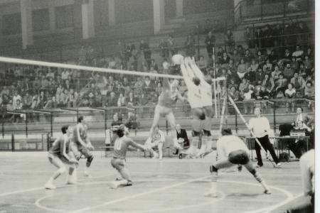 Pallavolo Novara serie B1 1986 - Kusmanov 2 in schiacciata, difende Bedana 10