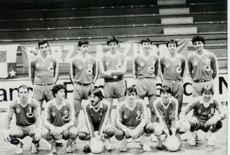 Pallavolo Novara serie B1 1986 - In alto da sx : Kusmanov, Tosatti, Poli, Gogna, Mazzini, Celasco, Bonfantini, Pozzato, Bedana, Silva, Signorelli, Rizzoli.