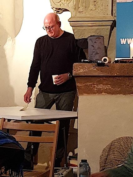 Immanuael Kraus malt beim Abschlusskonzert -