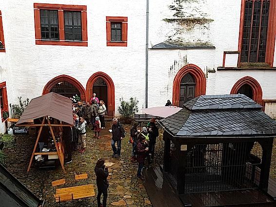 Brot & Kees mit warmer Suppe im Schlosshof