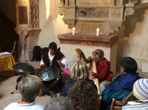 Rolf Mönighoff (Hangs) und Donatella Abate (keltische Harfe) in der Schlosskapelle