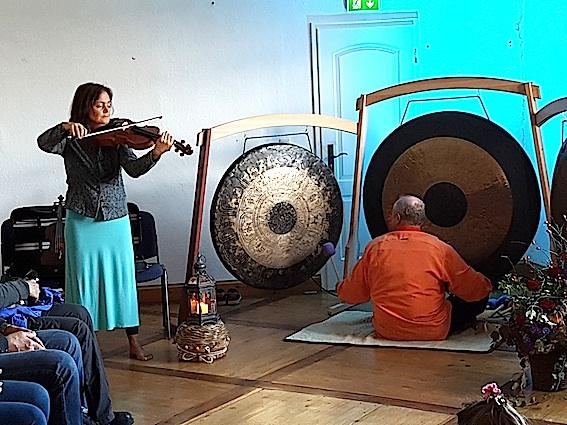 Gongmario und Birgit Reimer (Violine)