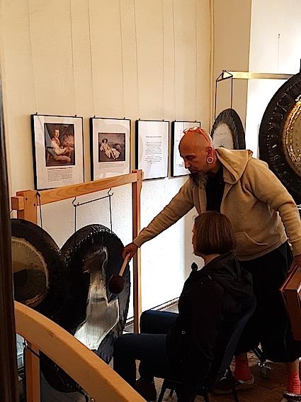 Jürgen Huck mit seinen vielen Gongs