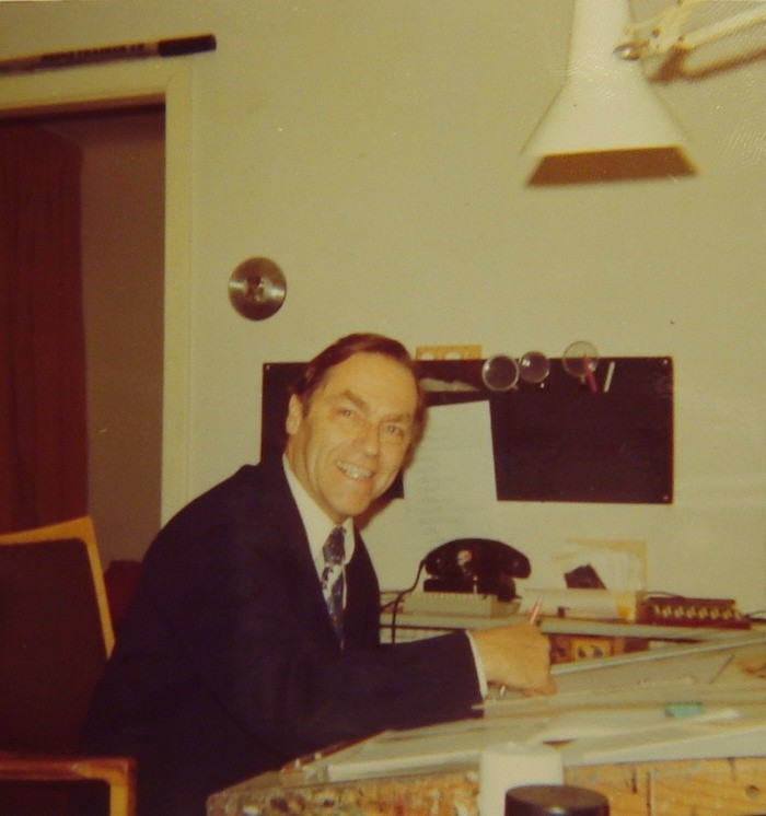 Traimer am Zeichentisch in seinem Atelier (um 1975).
