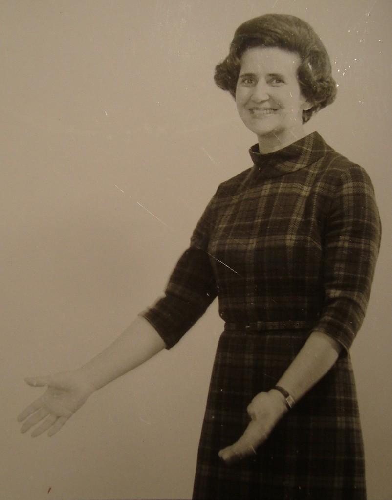 Traimers Ehefrau im Fotostudio. Vorbereitung für eine Werbung (um 1975).