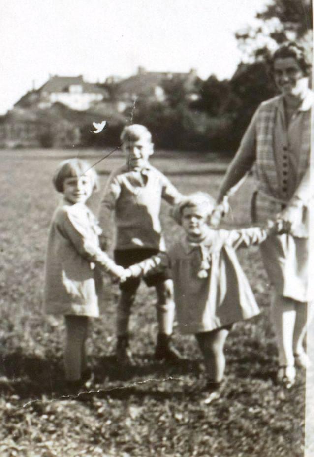 Heinz mit seinen beiden Schwestern Roswitha Traimer-Schlötterer und Lieselotte Schröder (vor 1930).