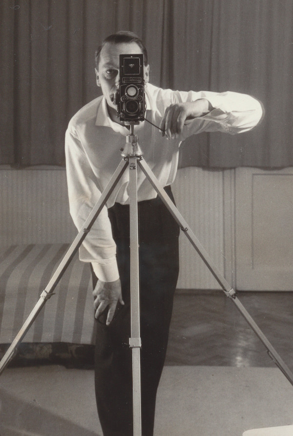 Heinz Traimer mit seiner Rolleifllex um 1965.
