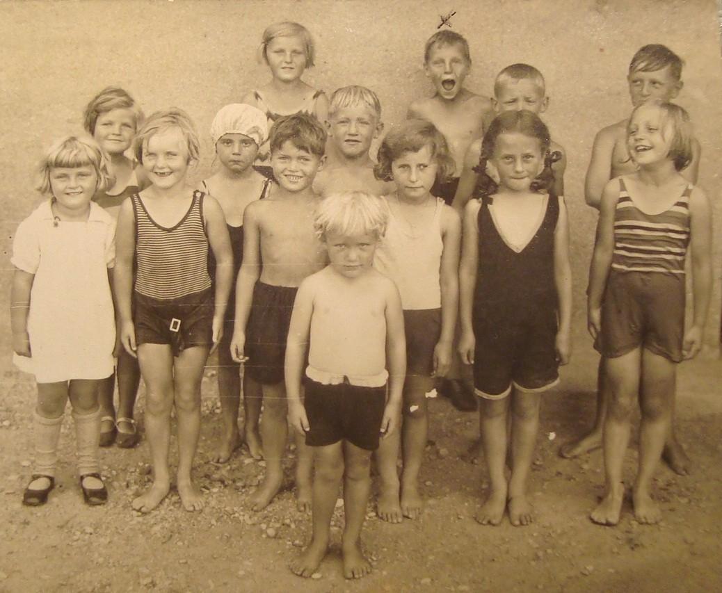 Heinz als Kind (oberste Reihe) in Augsburg (vor 1930).