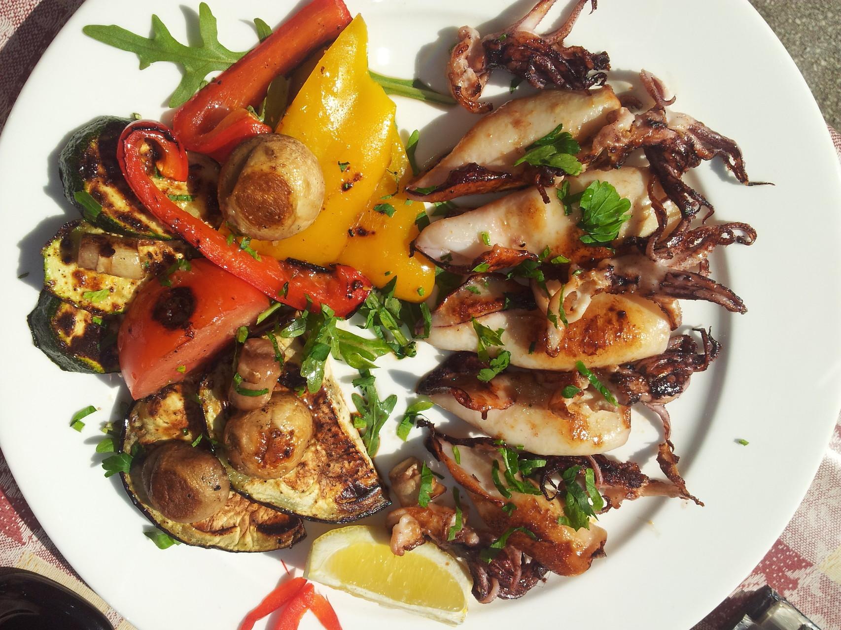 Calamars et légumes grillés....un régal pour moins de 7 euros à Pula!!