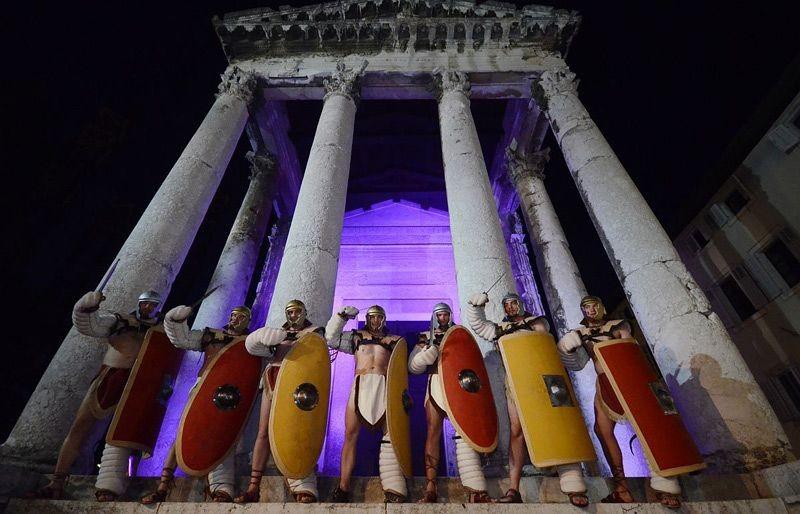 le Forum et le temple d'Auguste à 300 m de votre apt par la rue pietonne Sergijeva