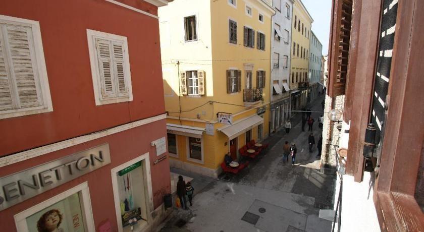 la rue la plus centrale de Pula: Sergijeva entre Porte d'Or et Forum à 50 m de votre apt