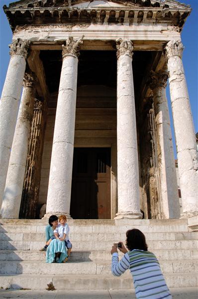 Le temple d'Auguste, Forum, la ou tous les évènements ont lieu....