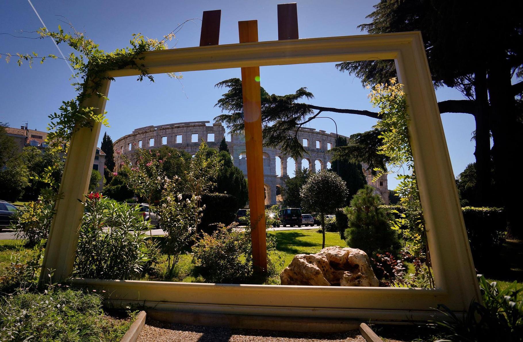 les jardins devant l'amphitheatre de Pula
