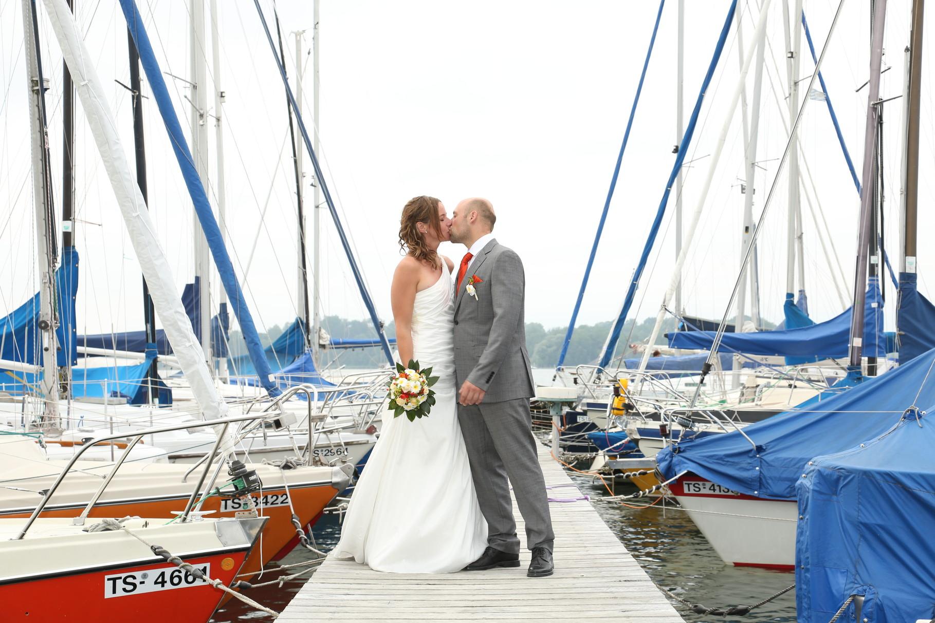 Brautpaar Chiemsee Segelboot Hafen Sissi Weber Fotografie www.weber-fotomobil.de