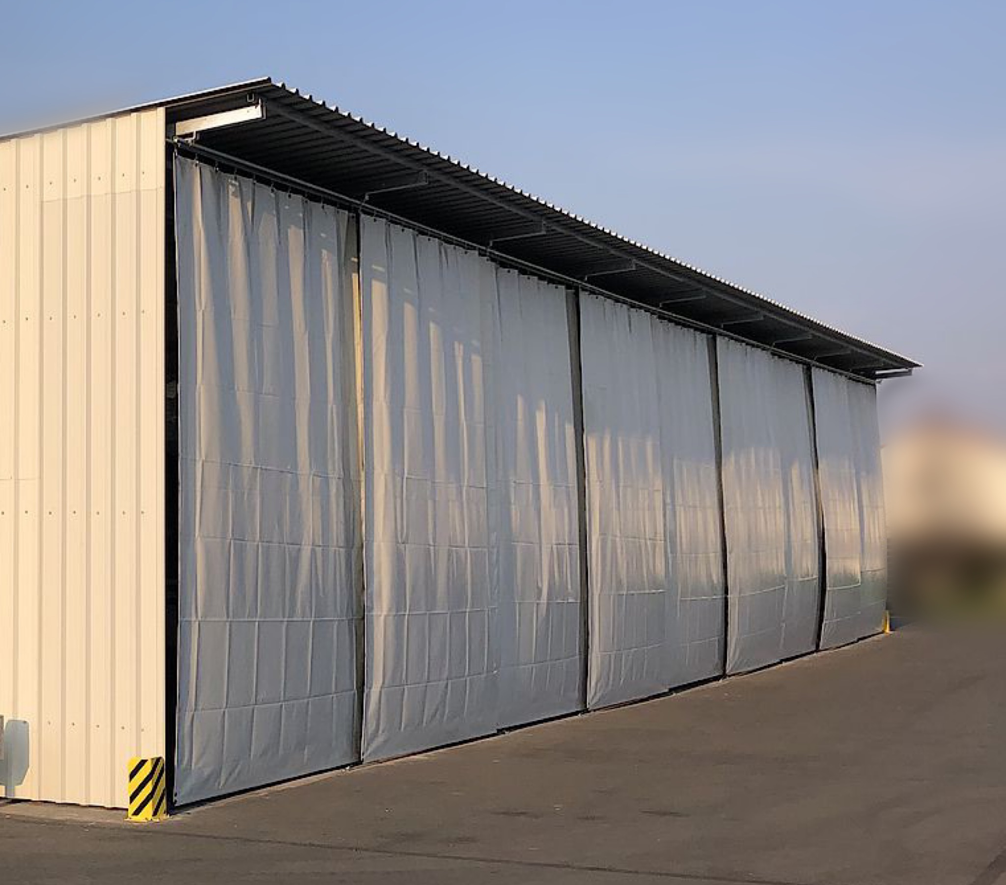 Montage einer Palettenregal-Anlage mit Dach und Schiebeplane im Außenbereich.