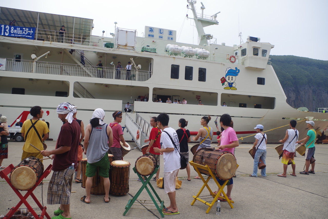 港のジャンベ演奏