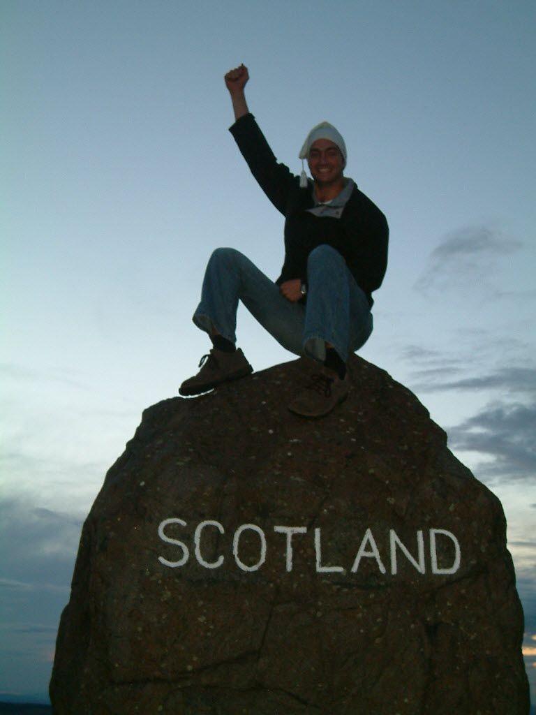 Thomas am Grenzstein zwischen England und Schottland