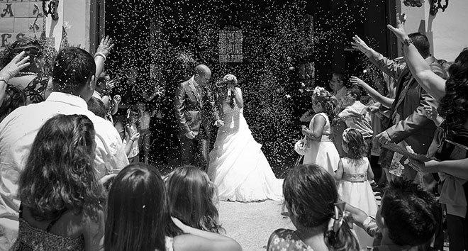 Única foto existente de Sordas Cenicienta Resucitada (al fondo, vestida de blanco, el día de su triste boda y justo cinco minutos antes de divorciarse).- cartoonja.com