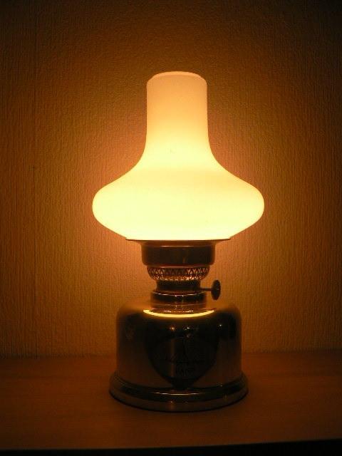Diese Lampe des Dänischen Designers Sörensen würde ich mir neu nicht kaufen, weil ich dafür schlichtweg zu geizig bin. Für stolze 398 Euronen konnte man sie bis 2011 käuflich erwerben. Sie besteht aus einem Lampenschirm in Milchglas Mundgeblasen, einem Ko
