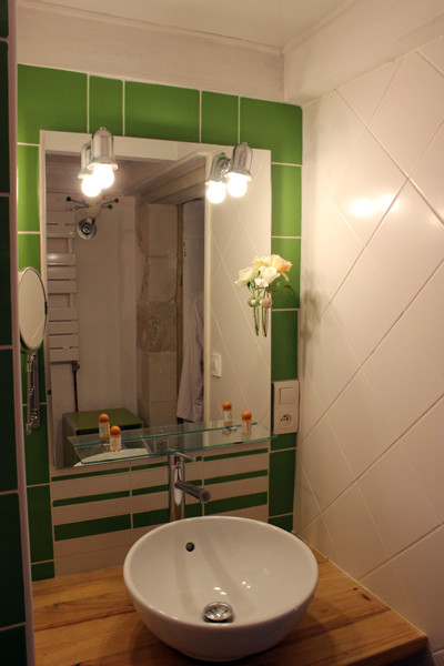 Salle d'eau avec sèchoire à cheveux et miroir grossissant