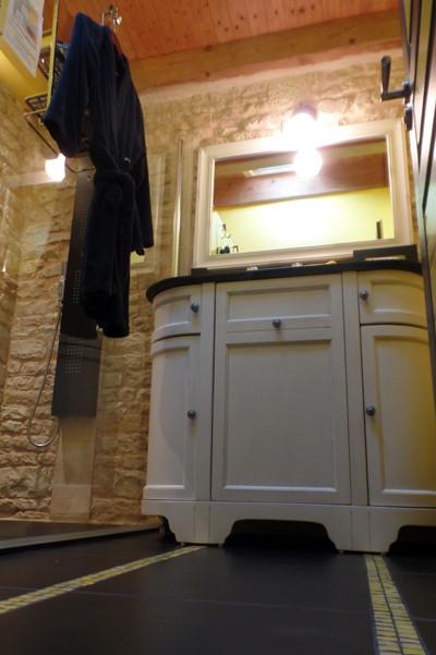 Meuble de salle d'eau de la superbe chambre Hirondelle