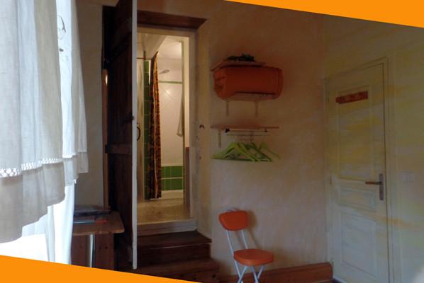 Aperçu de la douche à l'italienne avec jets, étagères et décor peint d' aurore