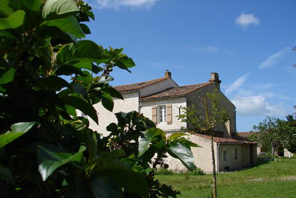 """Vue arrière de la maison de Chantal et Patrick avec la fenêtre de la chambre """"Aurore"""""""