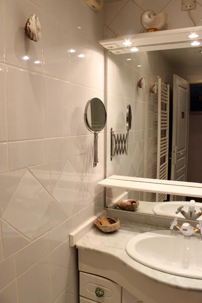 Lavabo et miroir grossissant