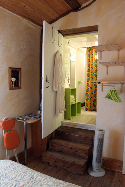 Accès à la salle d'eau par d'anciennes marches de chêne