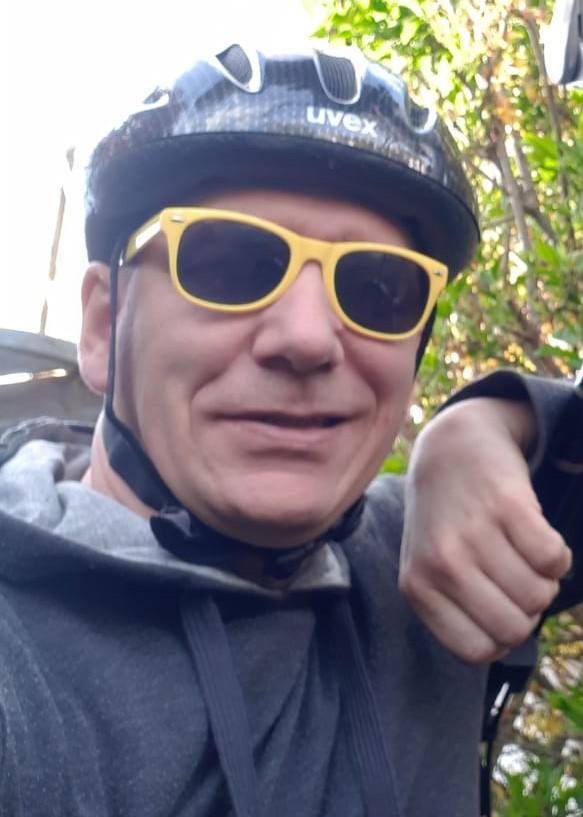 Fahrradhelm. Ja, ich trage ihn. Ohne die ADAC Klassik-Brille von den Vespa World Days 2017 sinkt der Coolness-Faktor aber enorm.