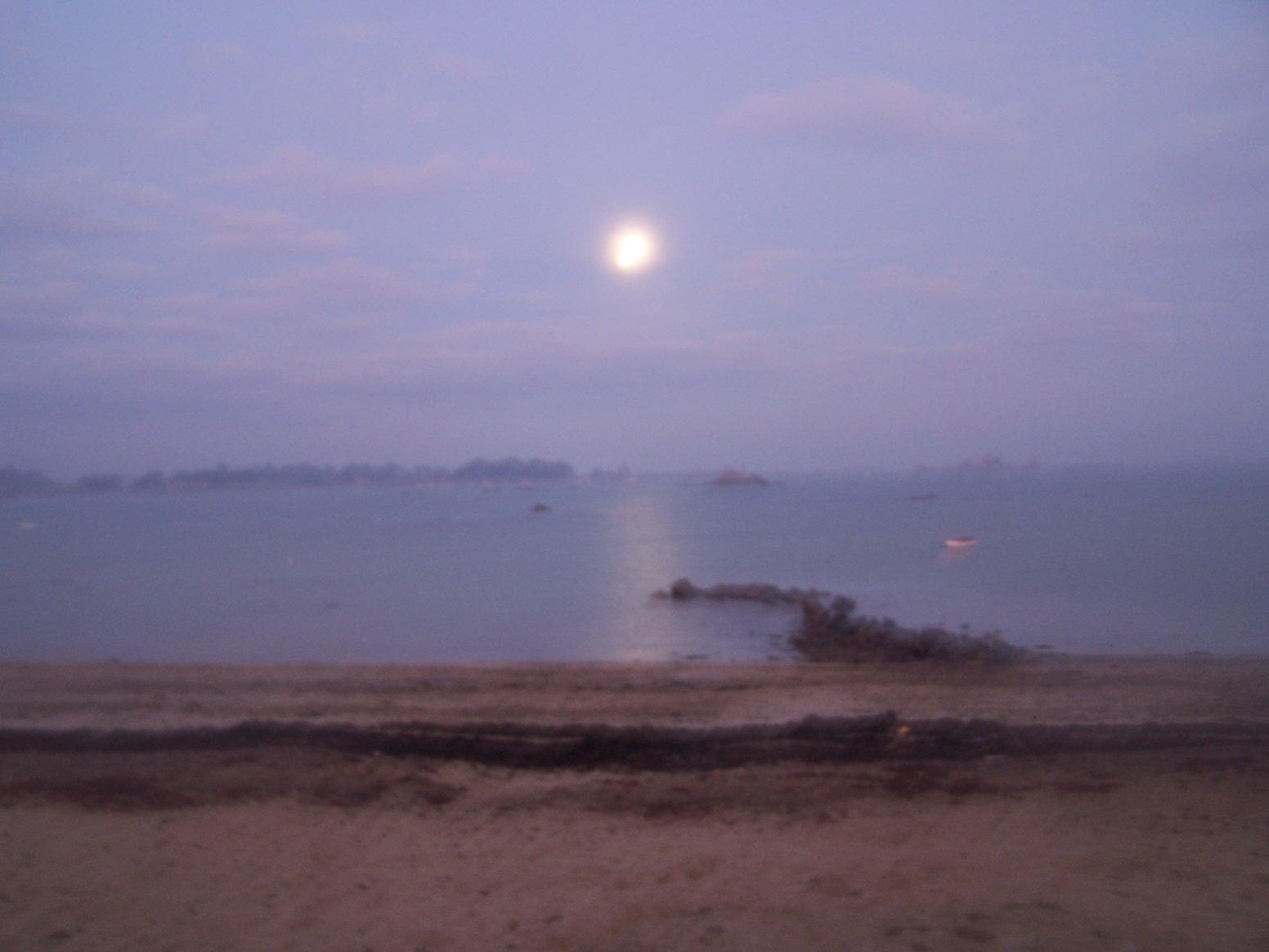 coucher de lune à la plage du Ralévy