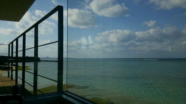 バスルームからの景色。伊江島も見えます。