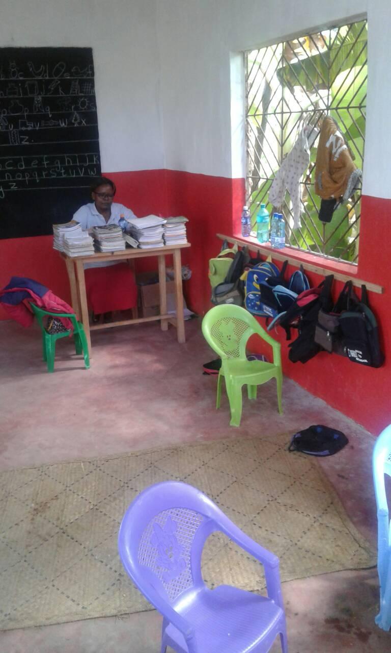 Madame Josefine unterrichtet hier die Kindergartenklasse 1.