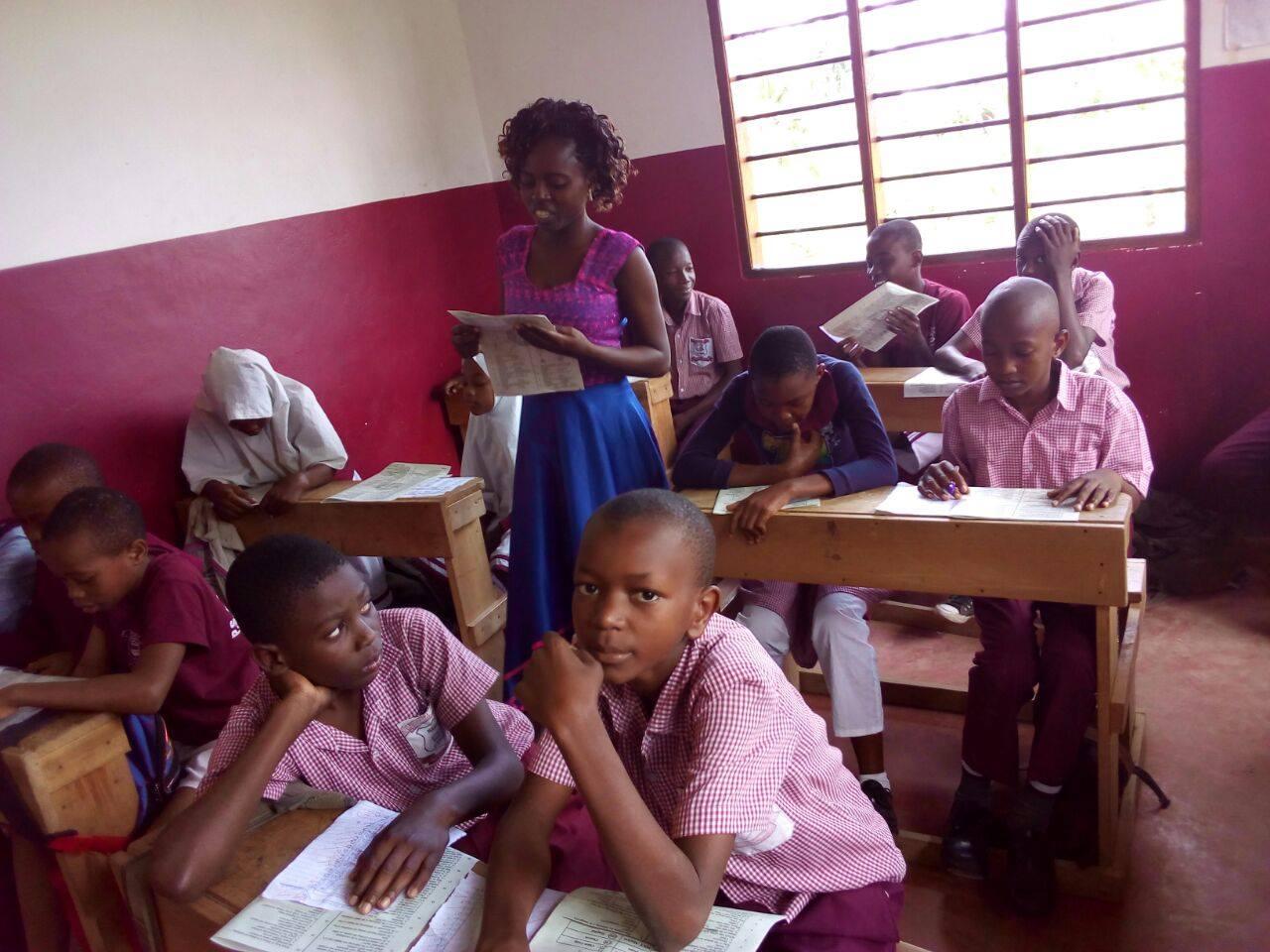 Schulunterricht mit Madame Agnes in Klasse 5.