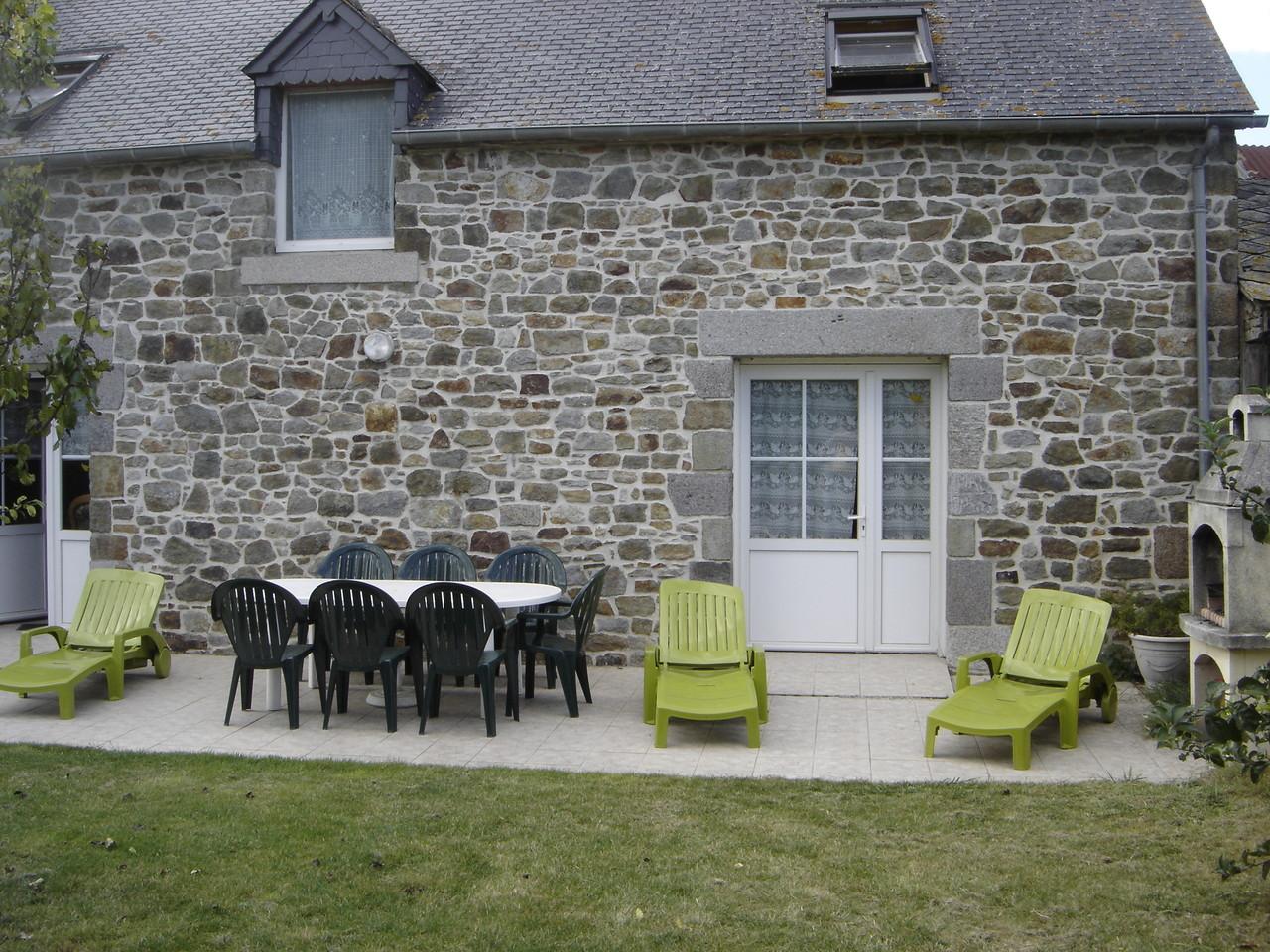 le jardin clos avec terrasse, barbecue et arbres fruitiers