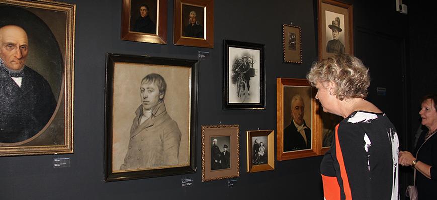 In de expositie Minsken wordt stilgestaan bij de kloof tussen rijk en arm.