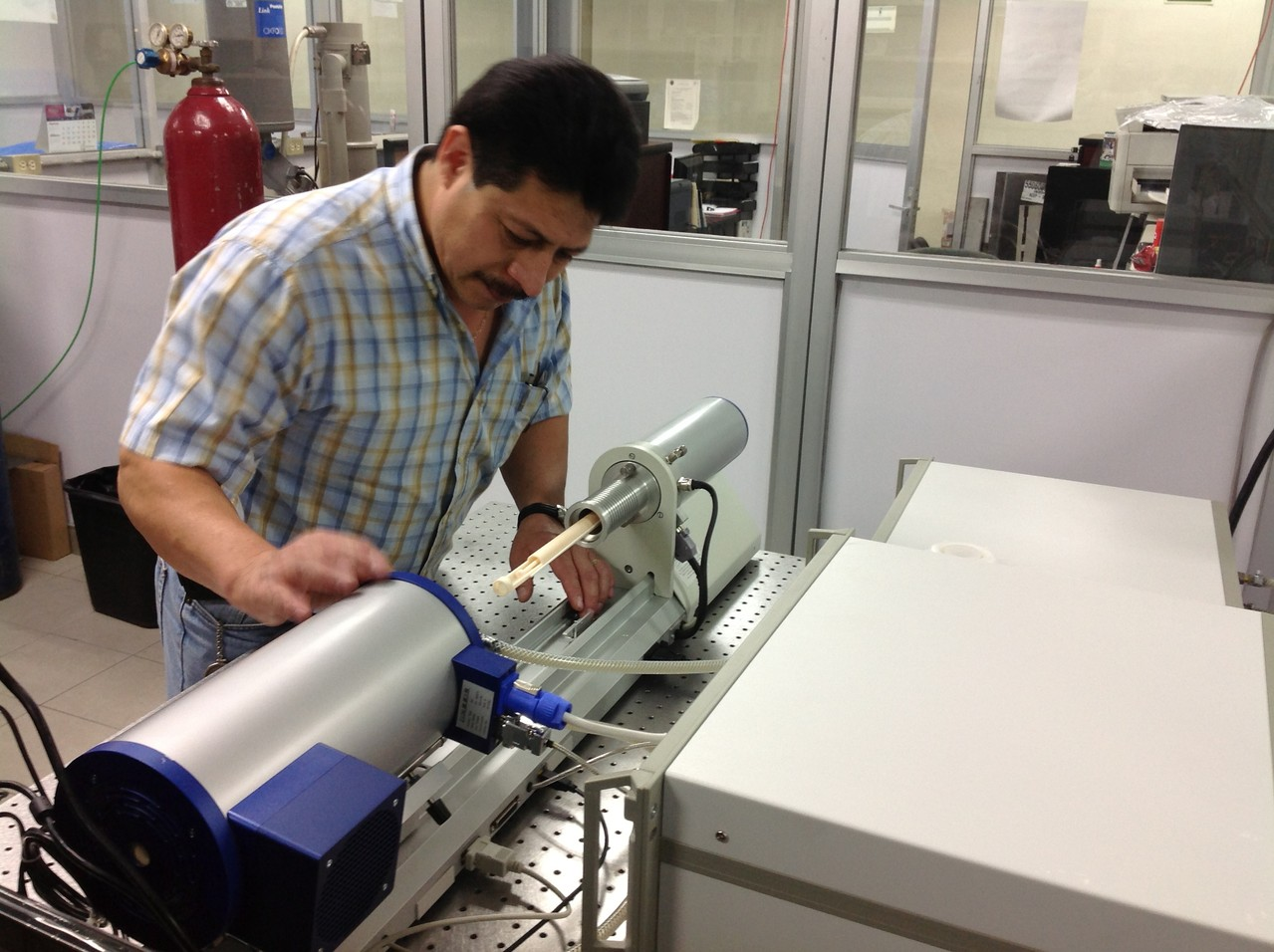 Mr. Oviedo, operating the Linseis. FIME UANL